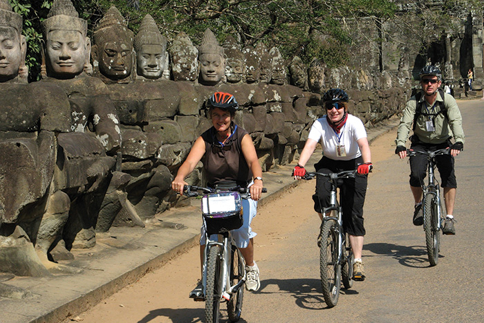 cambodia_angkor-wat_cycling-through_vittravel